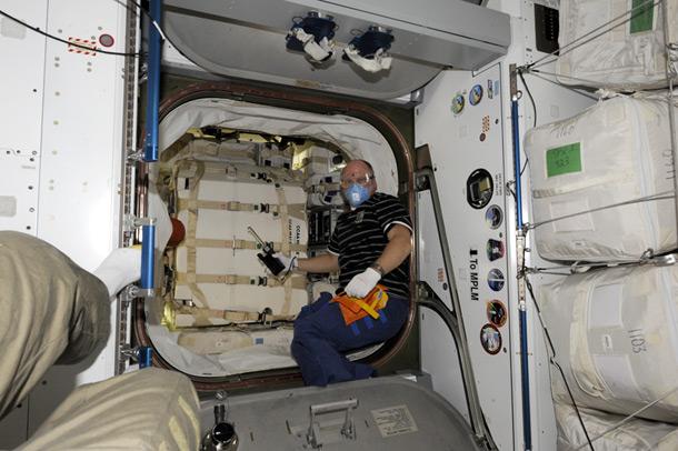 Отбор проб воздуха в грузовике Dragon (фото)