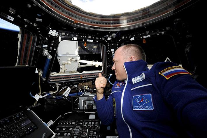 Стыковка грузовика SpaceX Dragon к МКС