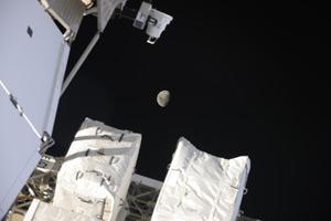 На днях в объектив попала Луна