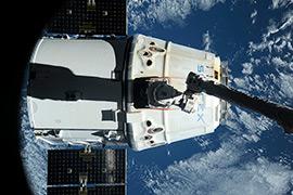 Отстыковка грузовика Dragon от МКС