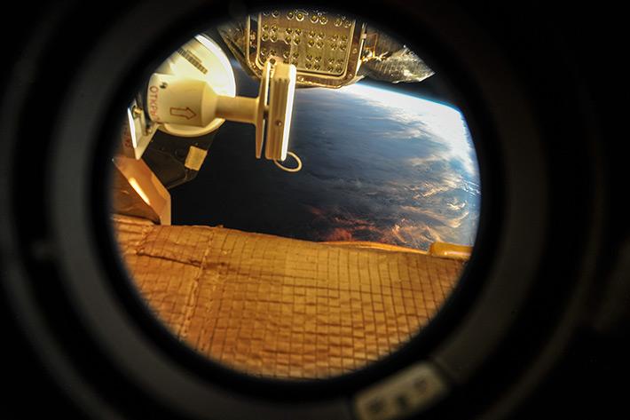 Вид на закат из самого маленького иллюминатора на станции