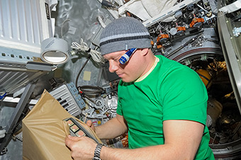 Work on ISS. Replacement the Water Dispensing and Heating Unit (БРП-М)