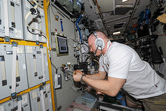 Work on ISS. Ecosphere (MO-21) Checking