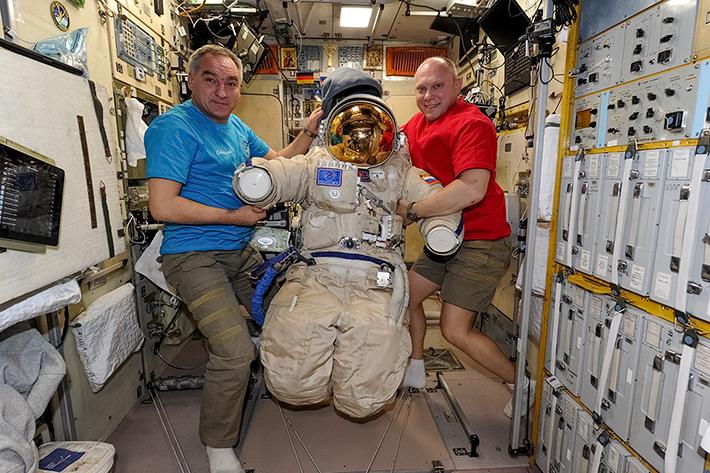 Подготовка к выходу в открытый космос
