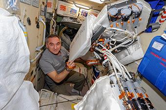 Продолжается подготовка выходу в космос