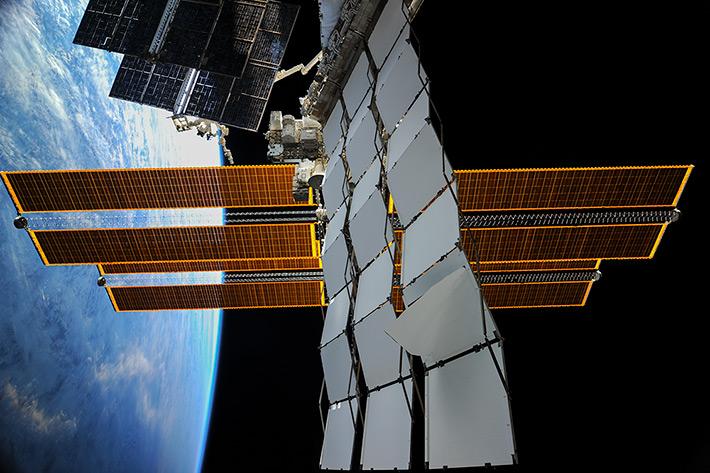 Космическая стрекоза на земной орбите