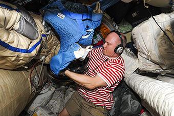 Подготовка к выходу в космос. Дошла очередь до проверки скафандров