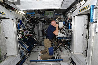 Работа на американском сегменте МКС. Проверка зрения у Алекса Герста