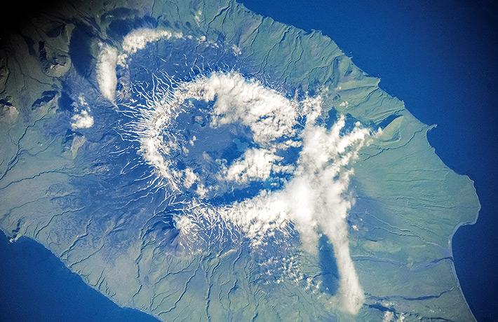 Вулкан Окмок на острове Умнак в штате Аляска. Алеутские острова.