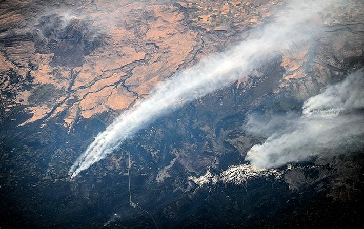 Лесные пожары в штате Орегон, США в районе вулкана Джефферсон