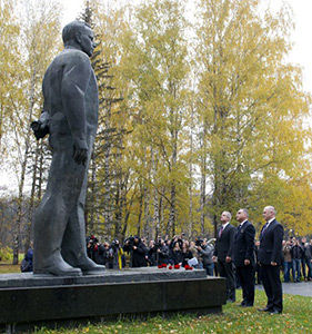 October 10. Exp39/40 crew lay flowers a the statue of Yuri Gagarin