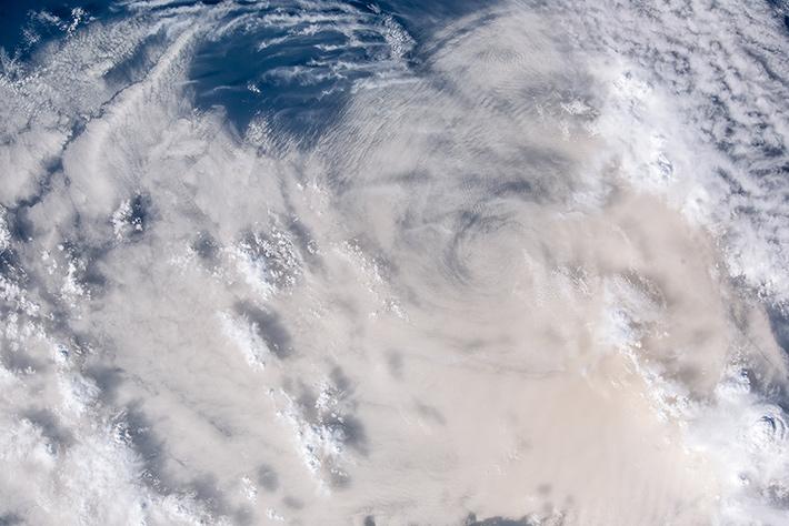Пылевая буря на границе пустыни и моря