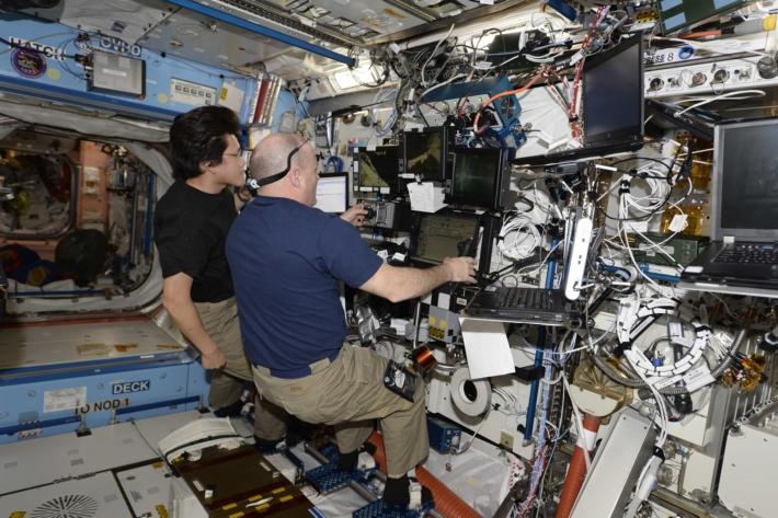 Сопровождение выхода в космос со станции, управление манипулятором